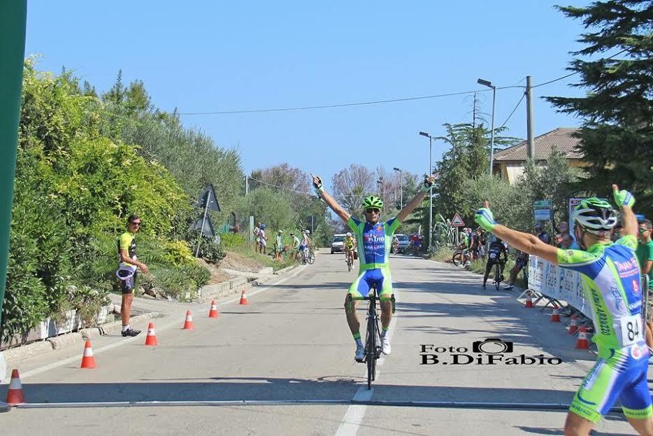 Ciclismo: il marsicano Tirabassi dedica la vittoria alle popolazioni colpite dal sisma