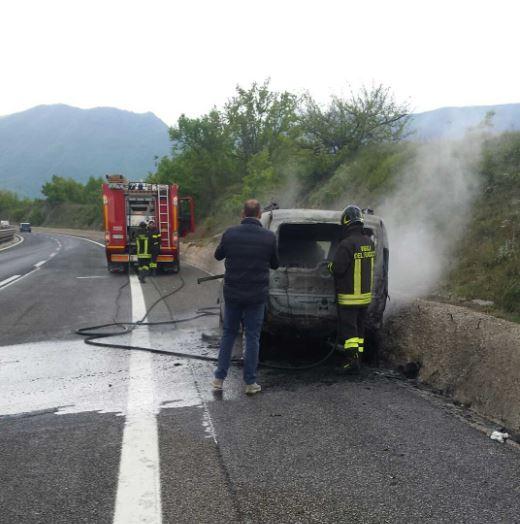 Auto in fiamme sulla A24   FOTO