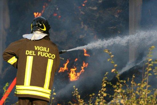Incendio in un'azienda agricola di San Pelino, colonna di fumo alta decine di metri
