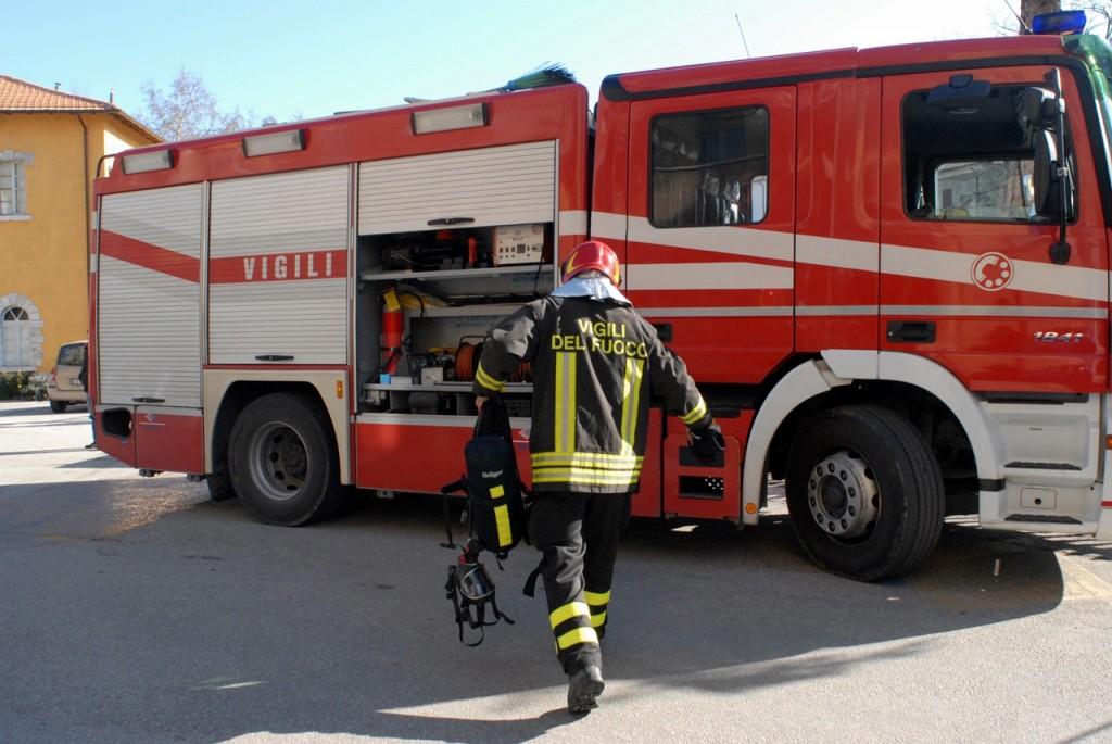 Auto in fiamme mentre guida, paura per un dipendente comunale