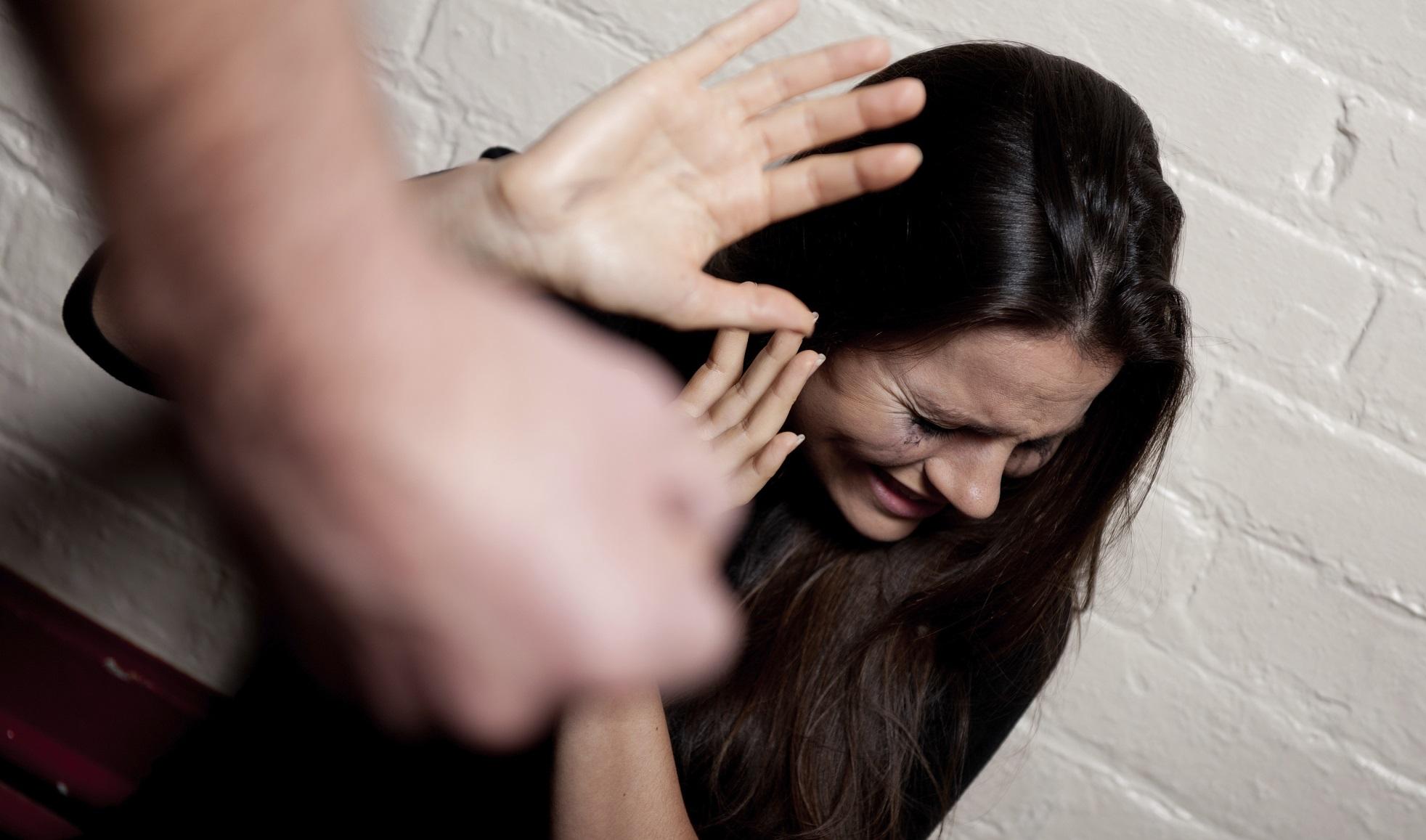 Picchia e prende a morsi la ex incinta, nei guai