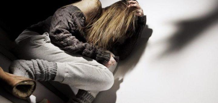 Violenze e maltrattamenti nei confronti di una minore, arrestati madre e patrigno