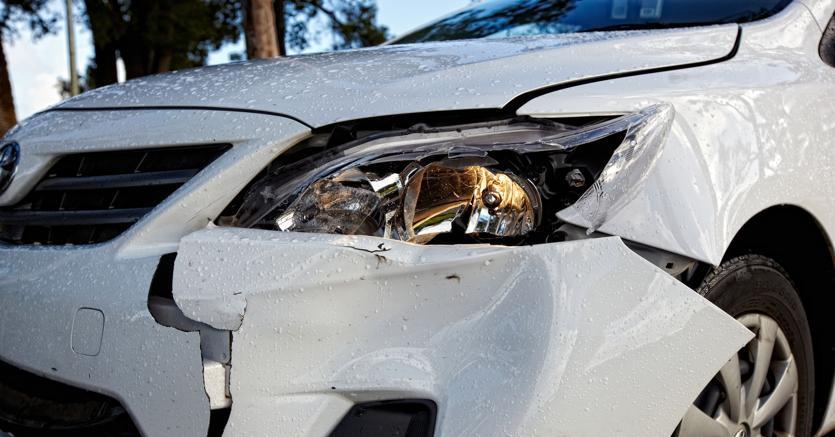 Danneggiaun'auto parcheggiata e fugge, poi torna a recuperare la targa, si cerca il colpevole