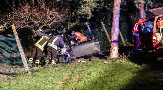 Auto finisce contro un albero, incidente stradale fra Trasacco e Collelongo