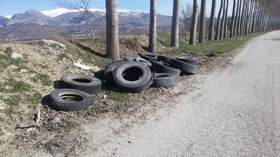 Pneumatici e altri rifiuti abbandonati nel Fucino