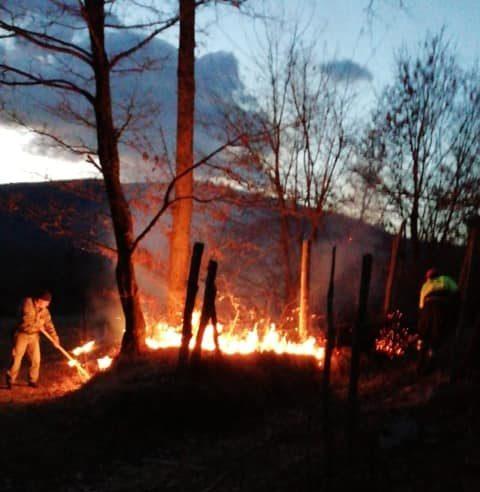 Vigili del fuoco, protezione civile e carabinieri forestali in azione per domare gli incendi nella Marsica
