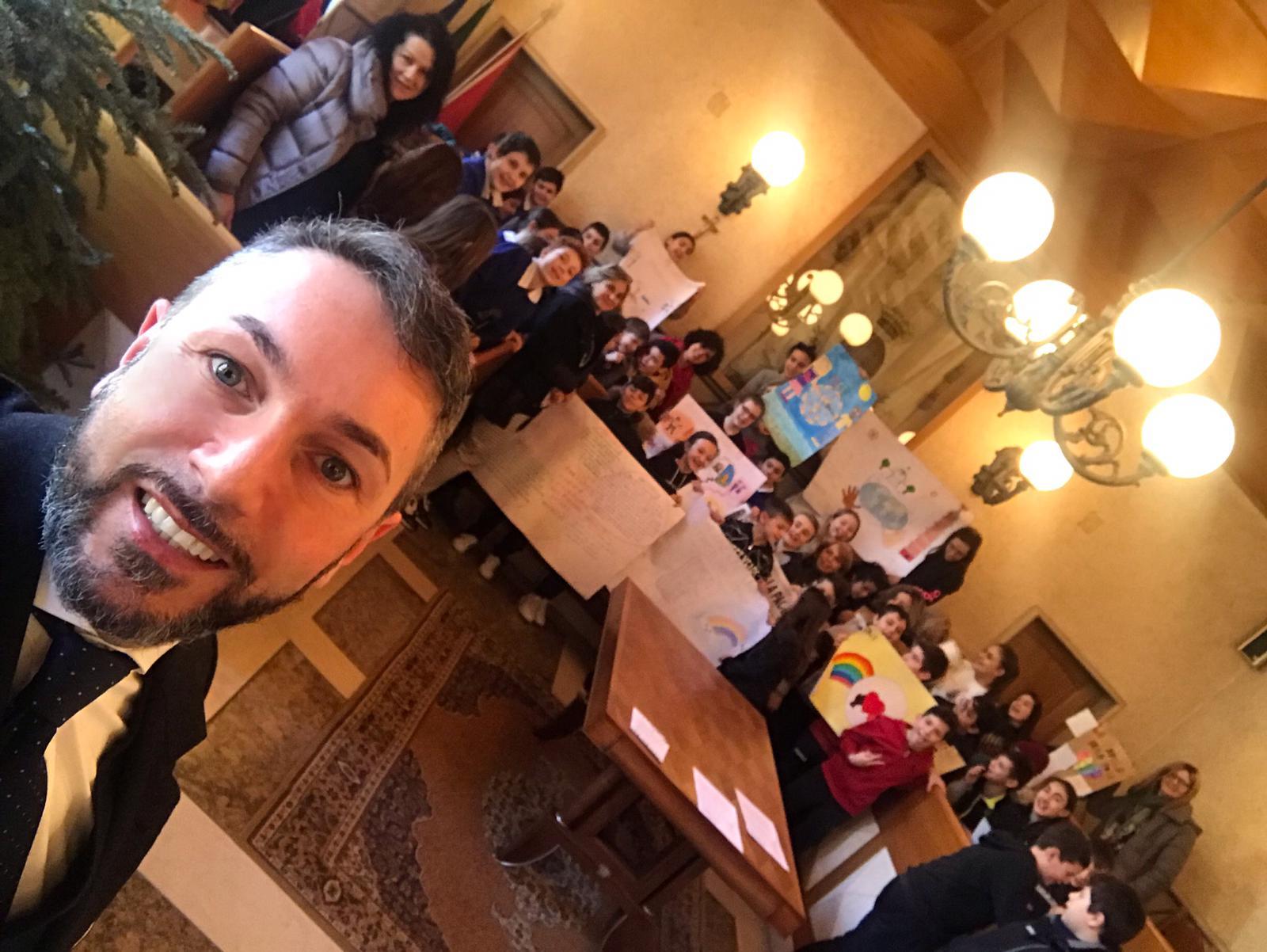 """Gli alunni delle scuole primarie """"Bevilacqua"""" e """"Tantalo"""" di Tagliacozzo celebrano i diritti umani nella sala consiliare"""