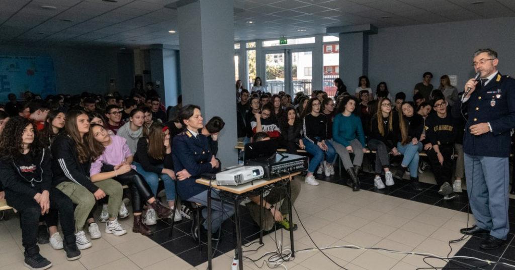 """Incontro formativo al Liceo Scientifico """"Vitruvio Pollione"""" sul bullismo e cyber bullismo"""
