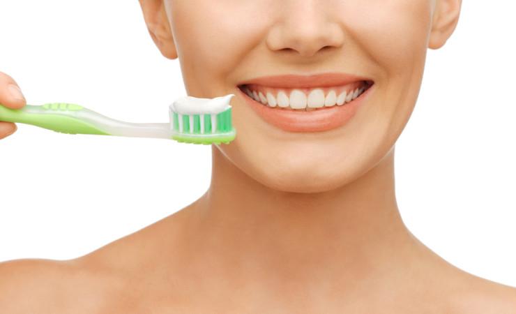 Come lavare correttamente i denti: tutti i consigli per un'adeguata igiene orale casalinga