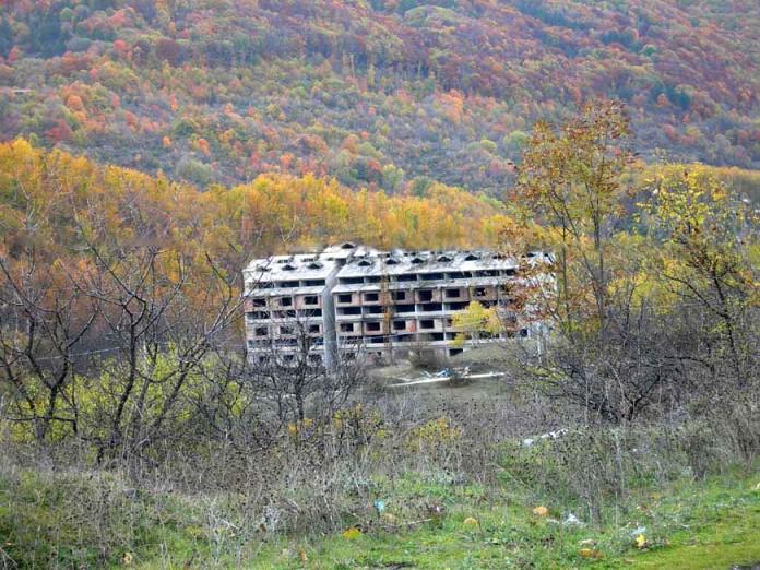 Eco mostro della Piccola Svizzera, dopo 40 anni nessuna demolizione e discarica a cielo aperto