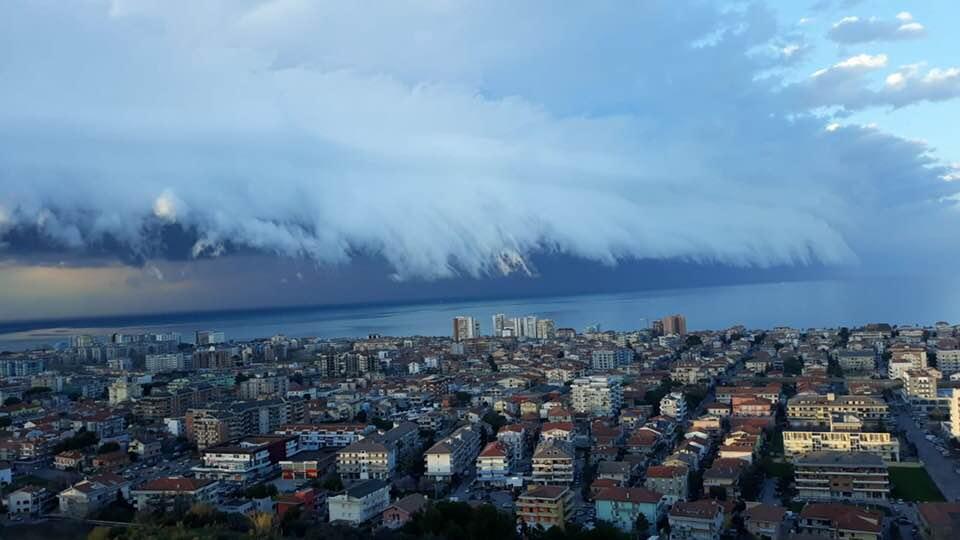Nei cieli di Pescara spettacolari video di nuvole che sembrano un'onda gigante