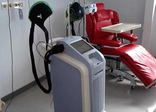 Ospedale L'Aquila, presentato macchinario che evita la caduta dei capelli in chemioterapia