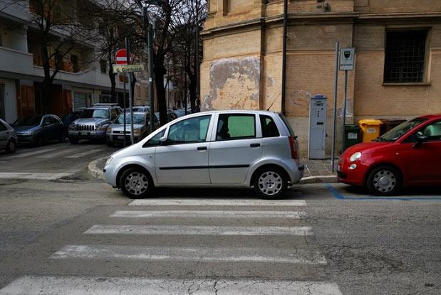 """Parcheggia """"gratis"""" sulle strisce pedonali sbarrando lo scivolo per disabili"""
