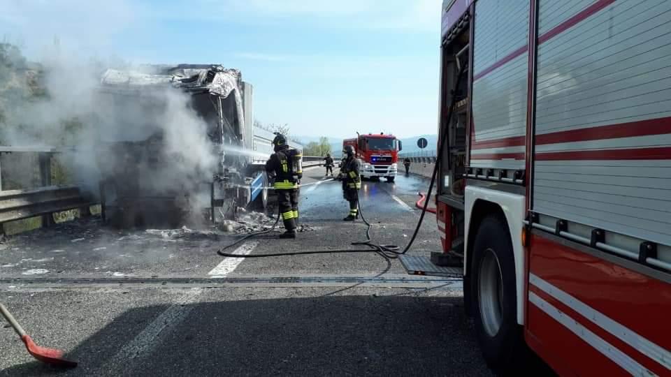 Tir in fiamme sulla A24 sul posto gli uomini di Strada dei Parchi e i Vigili del fuoco