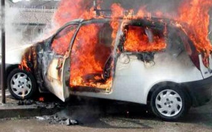 Auto in fiamme alla periferia nord di Avezzano