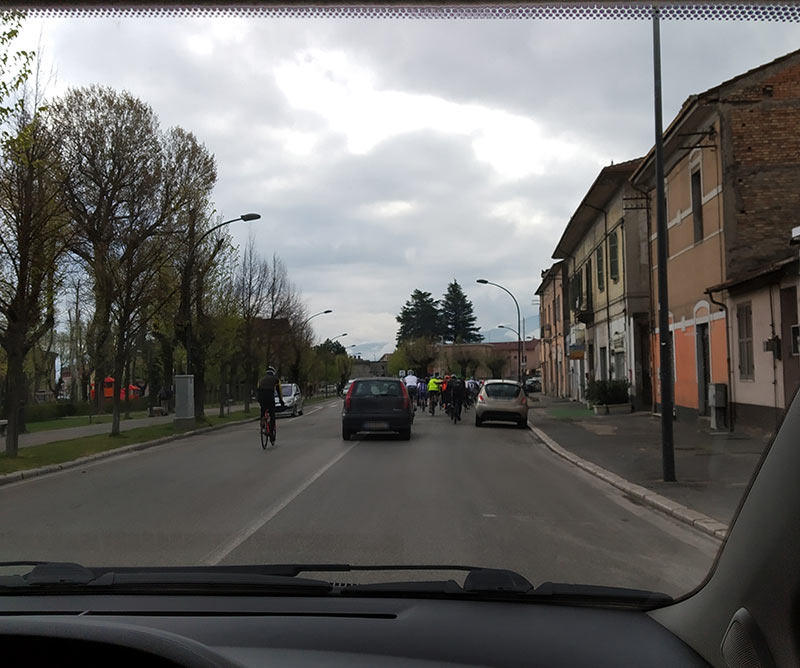 Pista ciclabile vuota e bici in strada. L'indignazione degli automobilisti