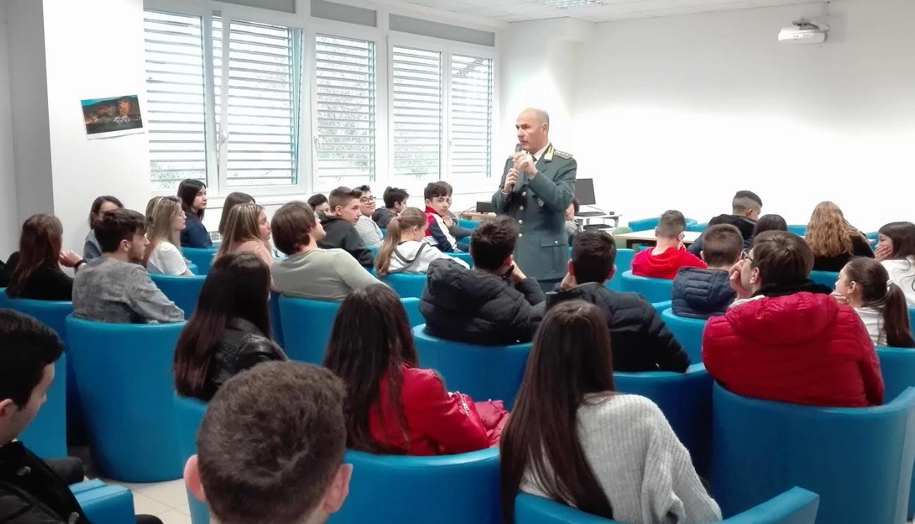 La Guardia di Finanza incontra gli studenti del liceo V. Pollione di Avezzano