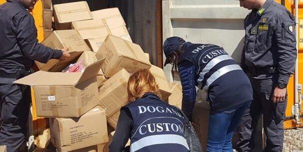Accusata di contrabbando doganale per 60.000 paia di pantaloni, assolta perché il fatto non sussiste