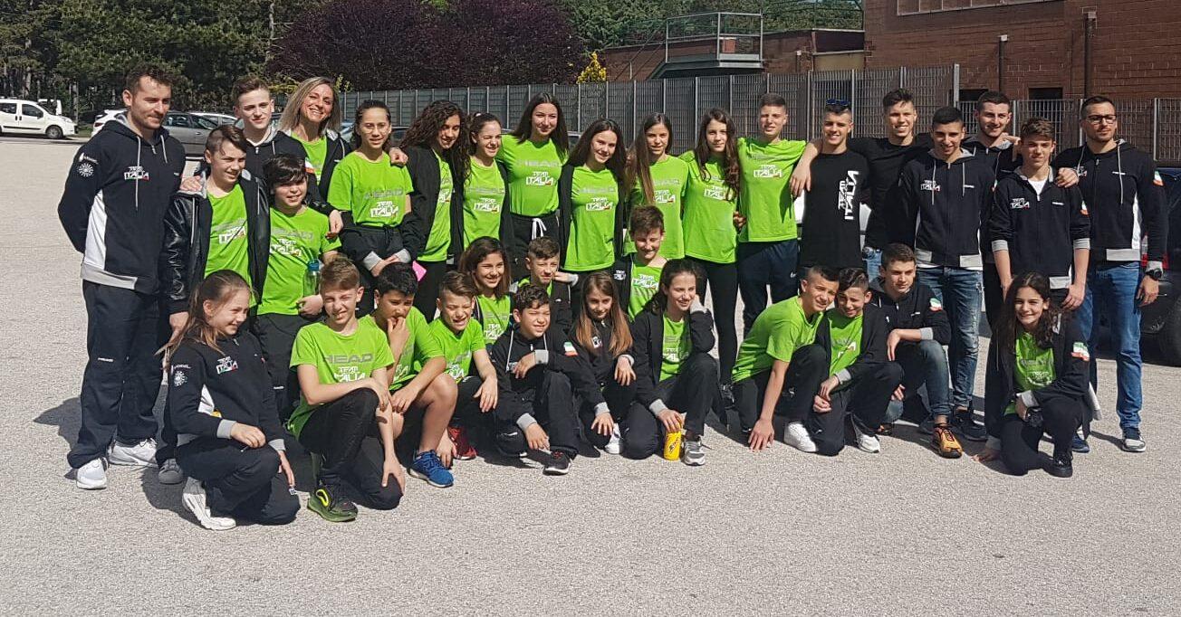 Formazione al completo del Team Centro Italia per il meeting nazionale Di nuoto