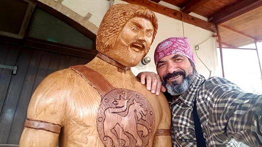 Guerriero marso scolpito in un castagno secolare dall'artista celanese Giancarlo Sociali
