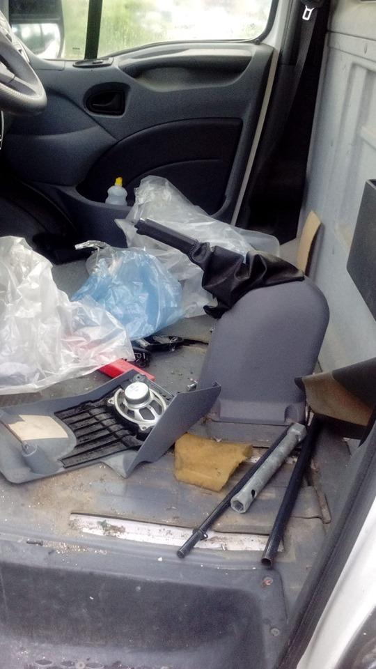 Ladri in azione in via Cavalieri di Vittorio Veneto, portati via i pezzi di ricambio da un camion