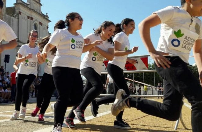 """Circa 400 studenti dell I.S. di Trasacco che hanno partecipato all'iniziativa solidale della """"Corsa contro la fame"""""""