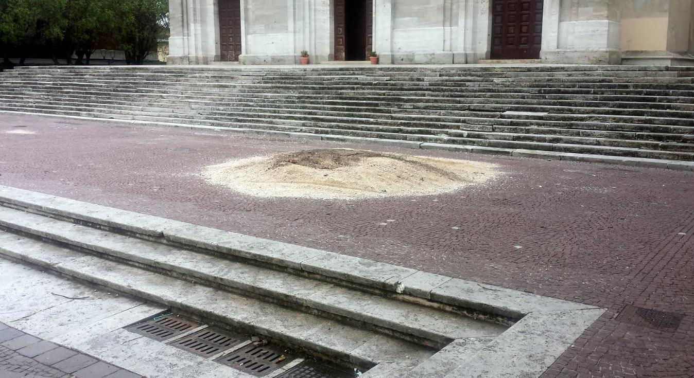 Residui dei focaracci ancora presenti in città, la denuncia di un lettore