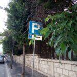 Avezzano, segnali stradali coperti di verde su Via Monte Velino