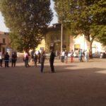 """Avezzano, vanno per tagliare gli alberi in piazza Mercato, trovano i cittadini """"a fare scudo"""". Torneranno domani"""