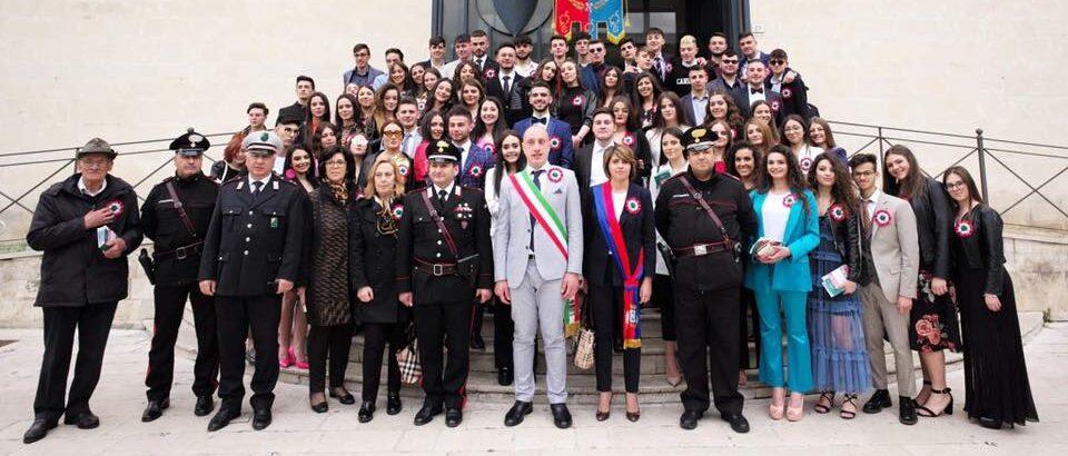 In occasione della ricorrenza del 2 giugno il sindaco Santilli dona la Costituzione ai diciottenni