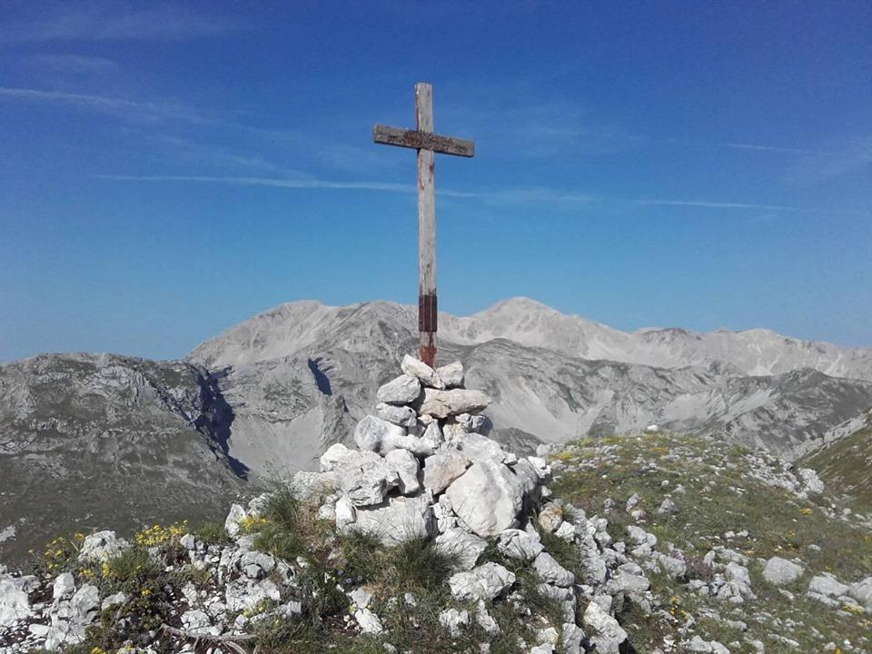 Divelta e buttata nel dirupo la croce dedicata ad Antonio Viola