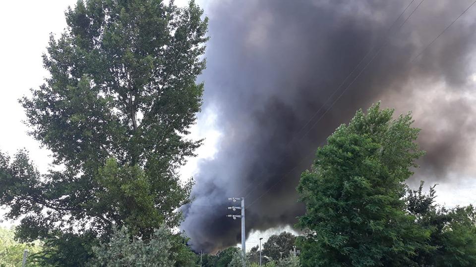Incendio nel sito GEA di San Vincenzo Valle Roveto, nube nera sul paese. Il sindaco chiudete porte e finestre