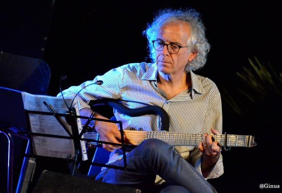"""Paolo Capodacqua porta """"Dietro le quinte""""a Festiv'Alba, show in cui il cantautore italiano ripercorre le tappe della propria carriera"""