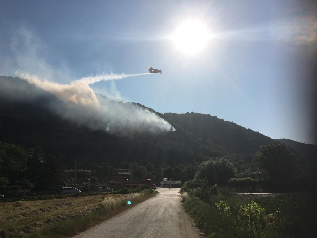 Incendio al bosco della Petogna, in azione i Canadair