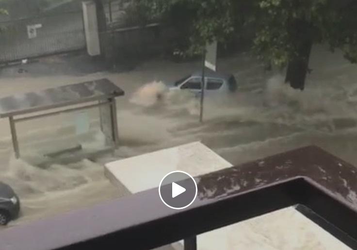 Intrappolato nella sua auto e travolto dalla furia della corrente (video)