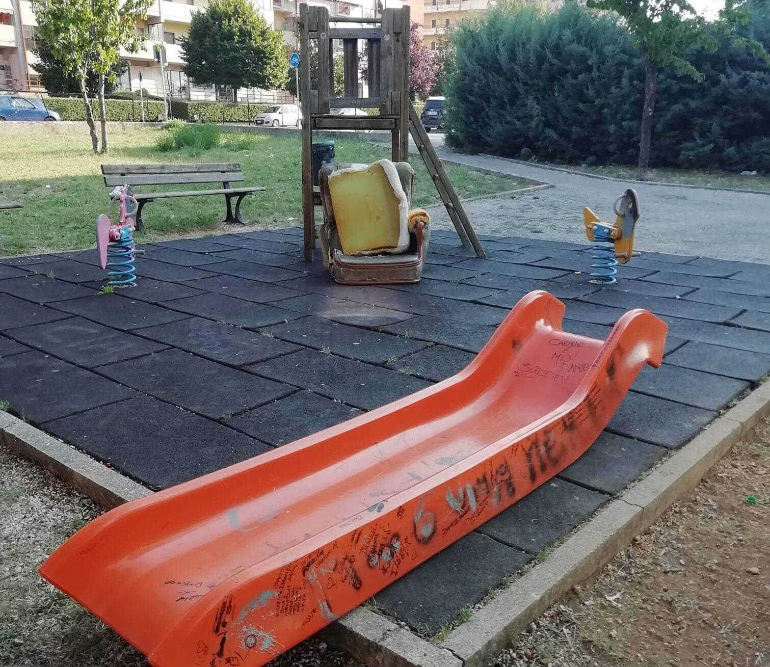 Distruzione e sporcizia, ecco come si presenta il parco giochi di via Parri ad Avezzano