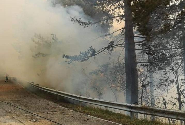 Grave incendio alle porte del Parco Nazionale. Chiuso il valico di Forca d'Acero, collegamento tra Sora e Opi