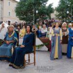 Ad Ovindoli una piazza gremita di persone ad assistere alla rievocazione storica dell'arrivo di Re Carlo