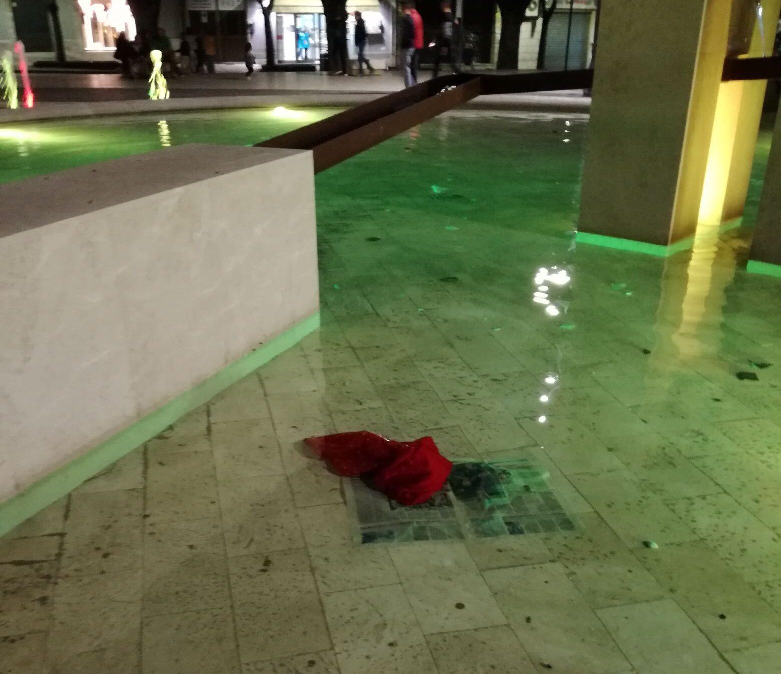Indumenti nella fontana e rifiuti all'interno delle panchine, l'inciviltà che fa male a Piazza Risorgimento