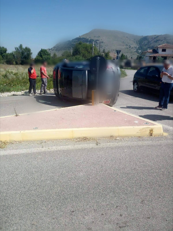 Brutto incidente a Trasacco. Furgone sfonda cancello di una villa