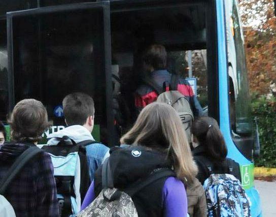Primo giorno di scuola, problemi per TUA, studenti lasciati a piedi