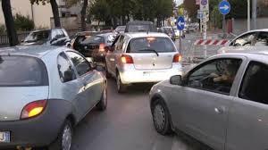 Disagi del traffico all'uscita dei bambini dalla scuola ad Avezzano, Casale tira per la giacchetta il commissario Passerotti