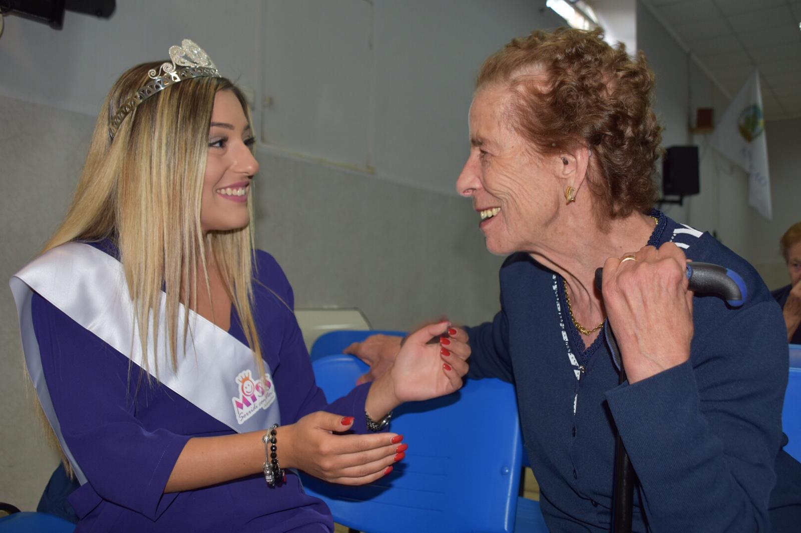 La splendida Emilia Lobene in visita al centro anziani di Trasacco. L'idea solidale del fotoreporter Antonio Oddi