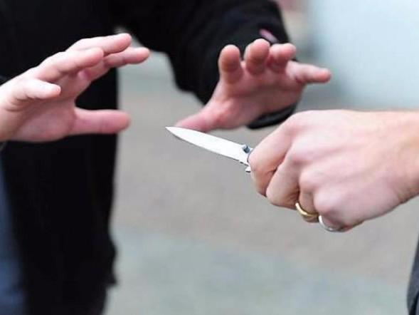 Minaccia di morte il fratello con un coltello, nei guai cinquantacinquenne