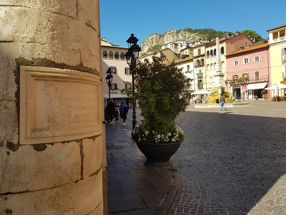 Il mistero della scritta sulla lapide in piazza Obelisco a Tagliacozzo