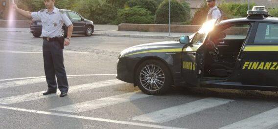 Controlli della Guardia di Finanza di Avezzano in materia di stupefacenti con i cani antidroga, identificate 200 persone e un centinaio di autoveicoli ispezionati