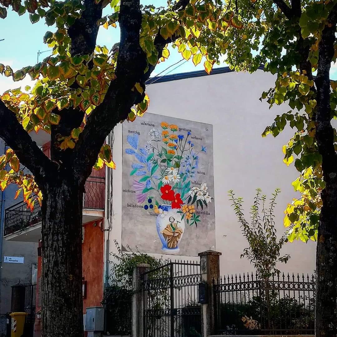 Collelongo si colora tra street-art ed autunno