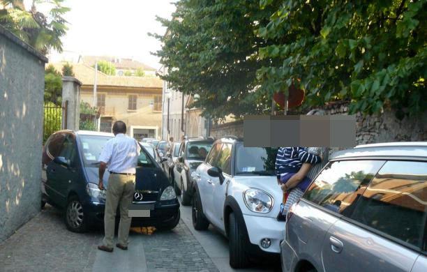 Parcheggio selvaggio per accompagnare e riprendere i figli a scuola, lo sfogo di una mamma