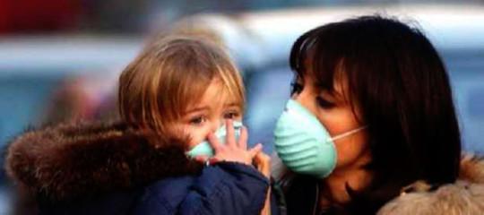 A Carsoli studenti e genitori protestano in mascherina contro i cattivi odori