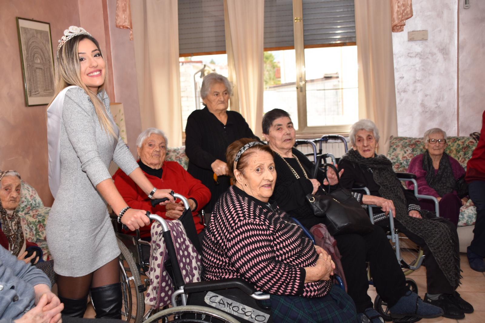 Miss Sorridi con Noi Emilia Lobene in visita alla casa di riposo di Trasacco